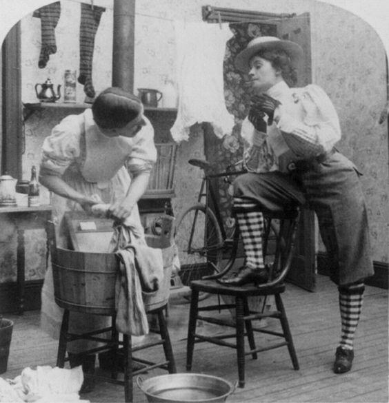 Er macht die Wäsche, sie geht Radfahren (Stereofotographie um1893)